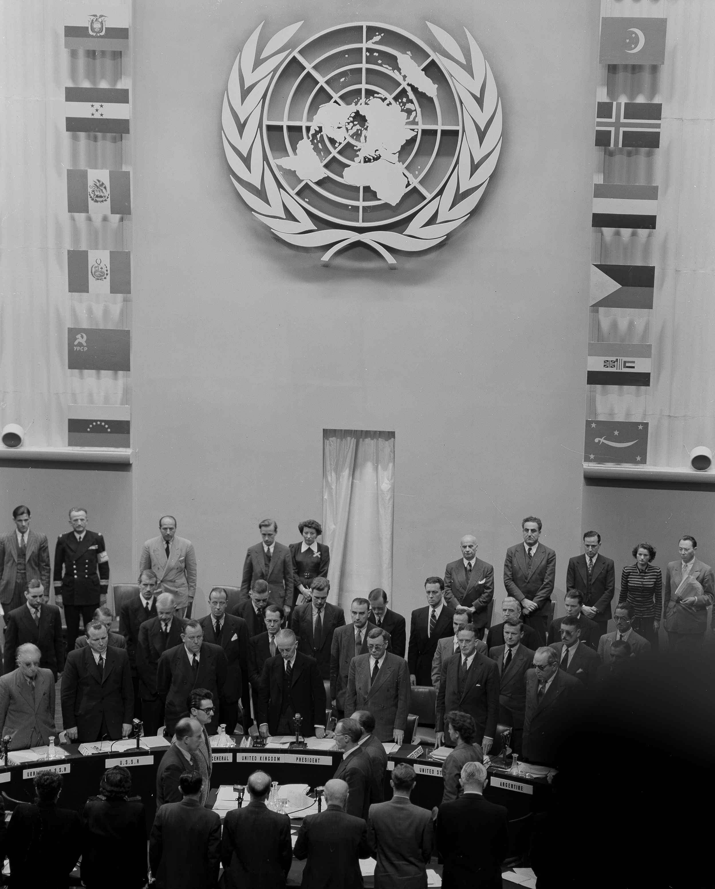 Совет Безопасности Организации Объединенных Наций, собравшийся в Париже 18 сентября 1948 года, о время минуты молчания в память  графа Фольке Бернадота из Швеции, который был убит в Иерусалиме 17 сентября