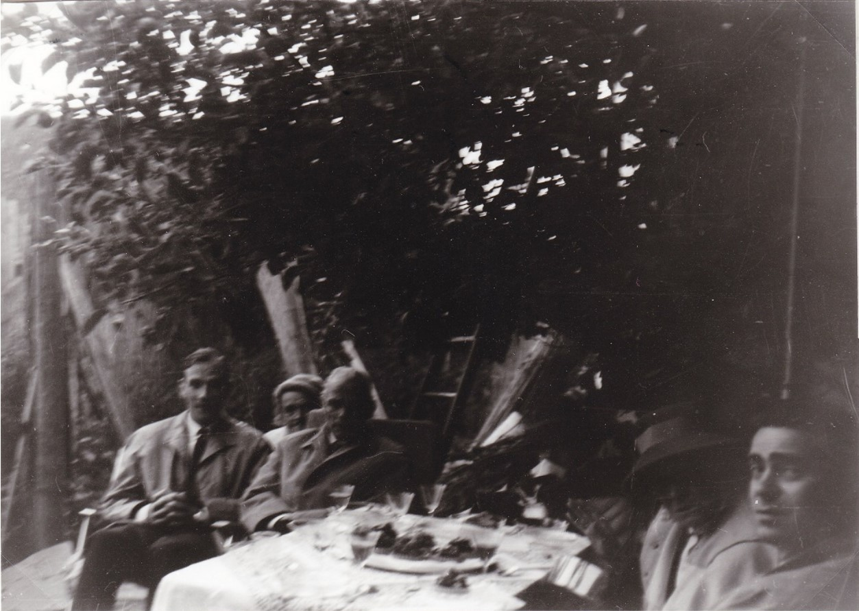 Анастасия в саду с гостем Великим князем Александром Романовым