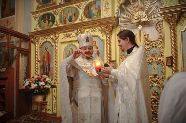 Зажигание  свечи от Благодатного огня из Иерусалима перед крестным ходом.