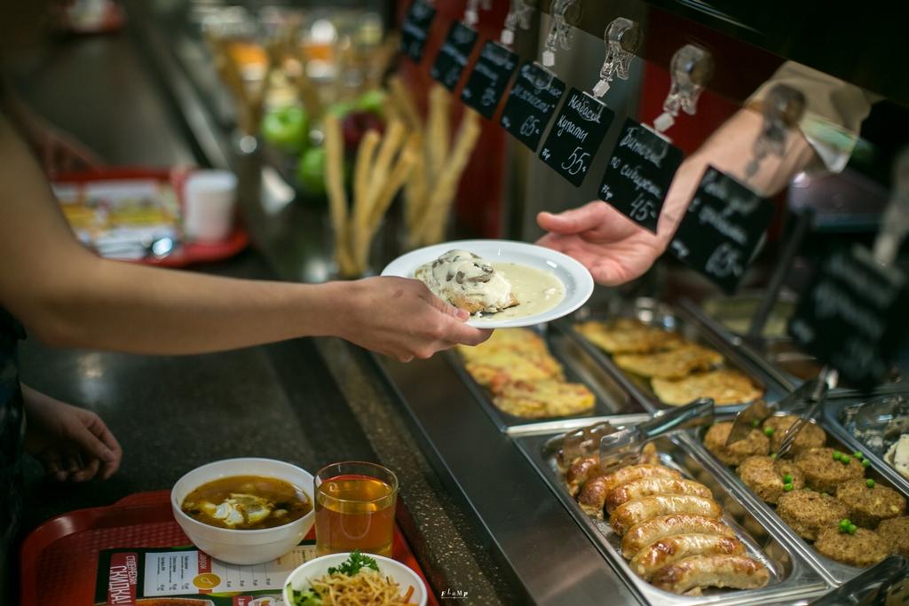 Имеет ли право подписывать накладные на продукты повар