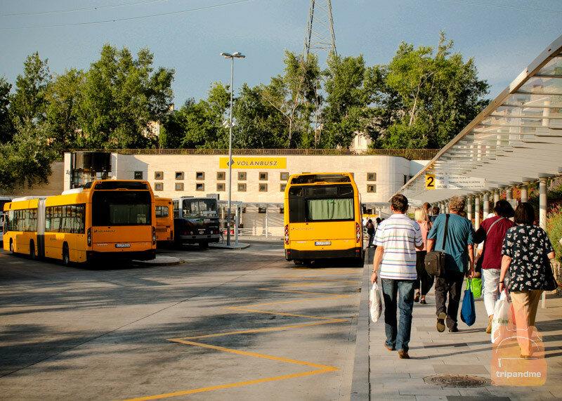 Автобус едет по маршруту Будапешт - Хевиз около 2,5 часов
