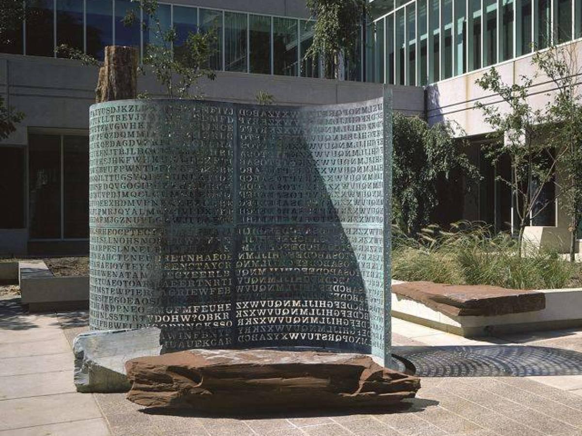 Криптос Это скульптура американского художника Джима Санборна, которая установлена перед входом в шт