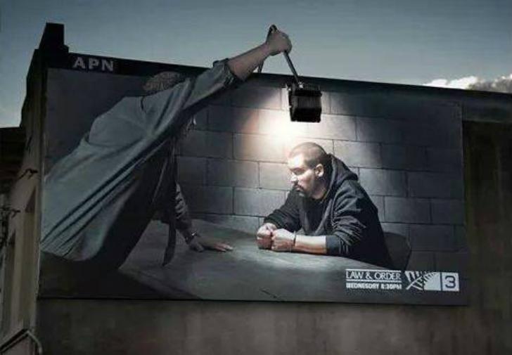 Городская среда нередко используется для социальной рекламы, в данном случае граждан призывают не на