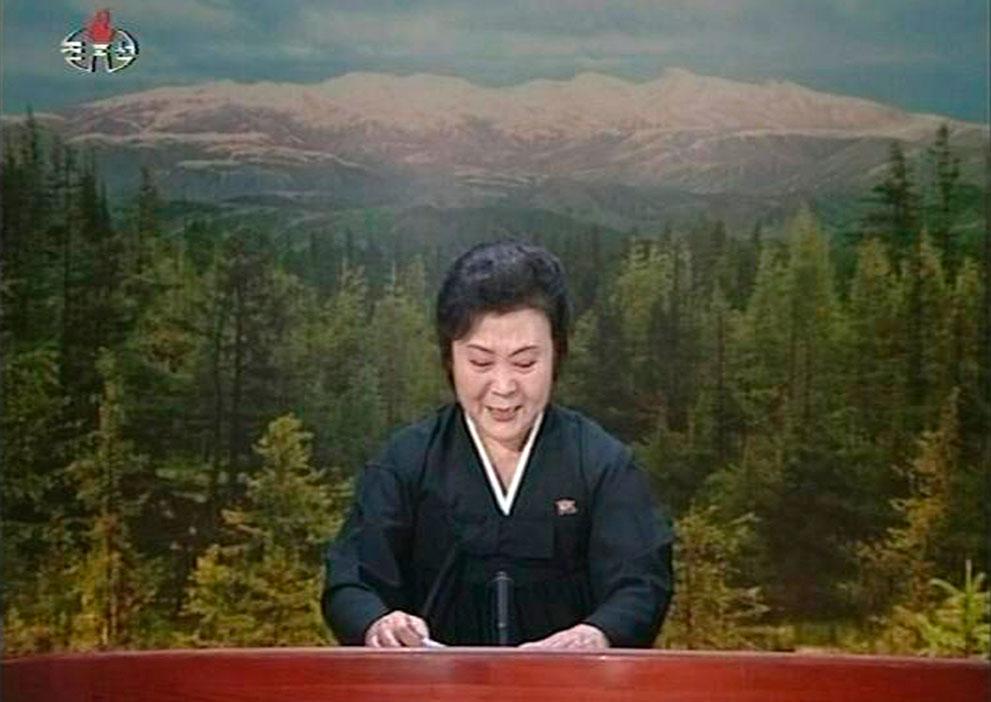 21. Не сдержавшая слез ведущая в трауре объявляет о смерти лидера страны Ким Чен Ира 19 декабря 2011