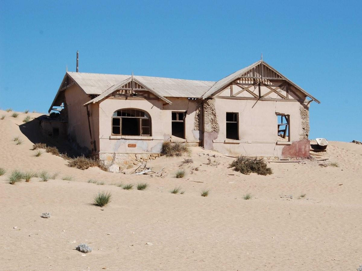 71. Посетите шахтерский город Колманскоп в Намибии, прежде чем пески похоронят его.