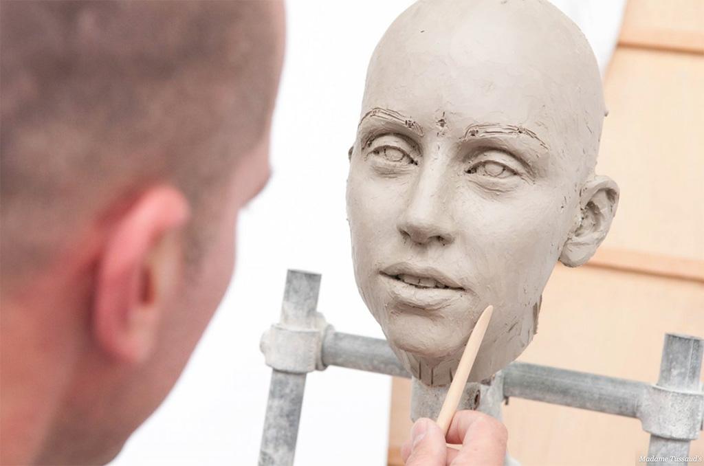 Когда замеры сделаны и данные получены, скульпторы создают макет из глины.