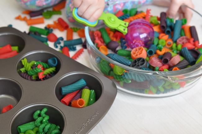 Вылавливать избаночки сводой разные предметы (крышки, макароны) спомощью ложки. Развязывать разны