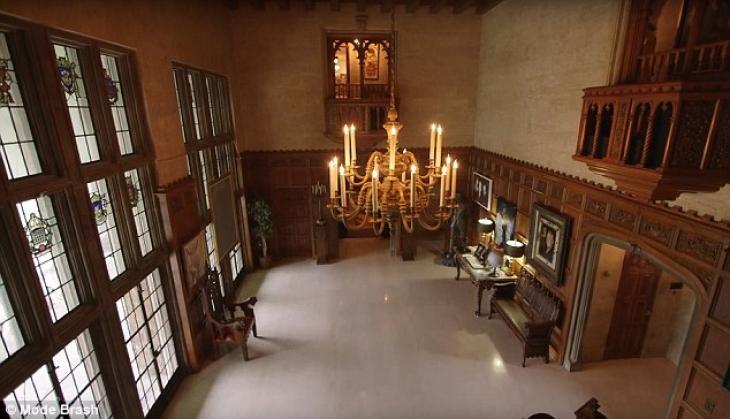 Чувствуйте себя как дома! Кристал демонстрирует главный зал, через который можно попасть в остальные