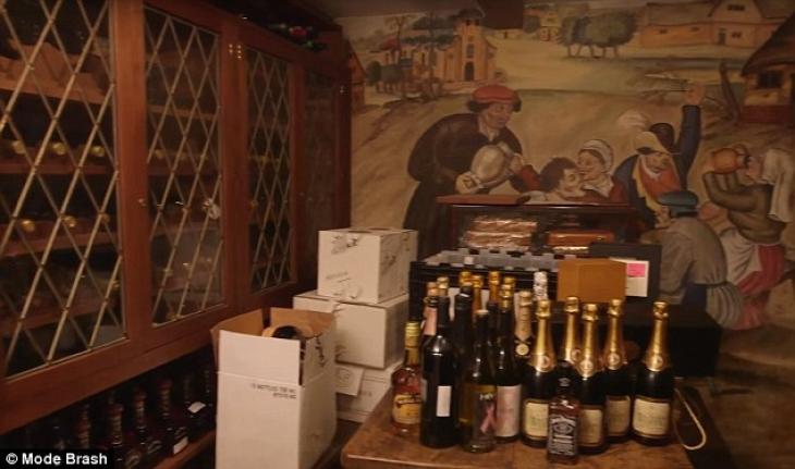 Кристал рассказала, что коллекция пополняется уже много лет. Бутылок сотни! Что ж, впечатляет.