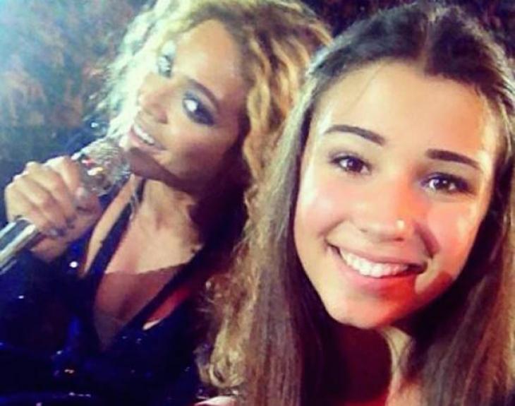 Бейонсе увидела, что фанатка хочет сделать селфи на концерте, и смешно вписалась в кадр.