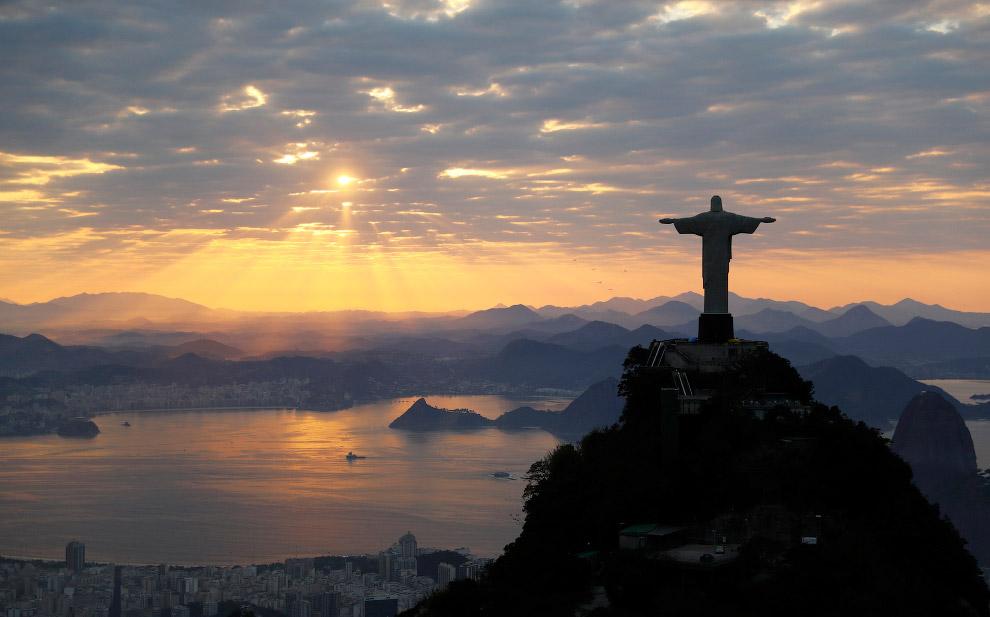 7. Первоначальный эскиз памятника разработал художник Карлос Освальд. Именно он предложил изобр