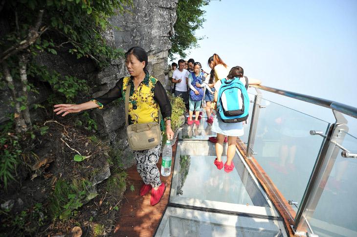 2. Длина небесного моста — 100 метров. Он, как змея, обвивает вокруг роскошную, отвесную скалу.