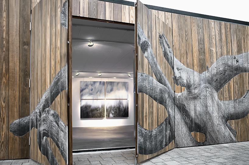 Художница специализируется на картинках имитирующих текстуру дерева.