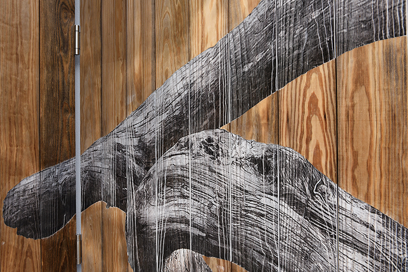 Рисунок каряги нарисован таким образом, что он продолжает естественную структуру дерева и при этом к