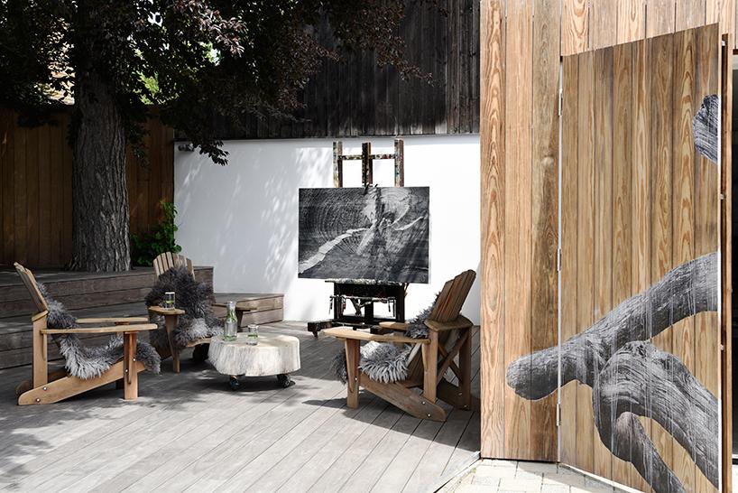 Студия художницы находится в Мюнхене, где она проживает с мужем и двумя детьми.