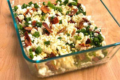 Яйца взбиваем в отдельной миске и выливаем в форму, аккуратно перемешиваем и ставим в духовку.