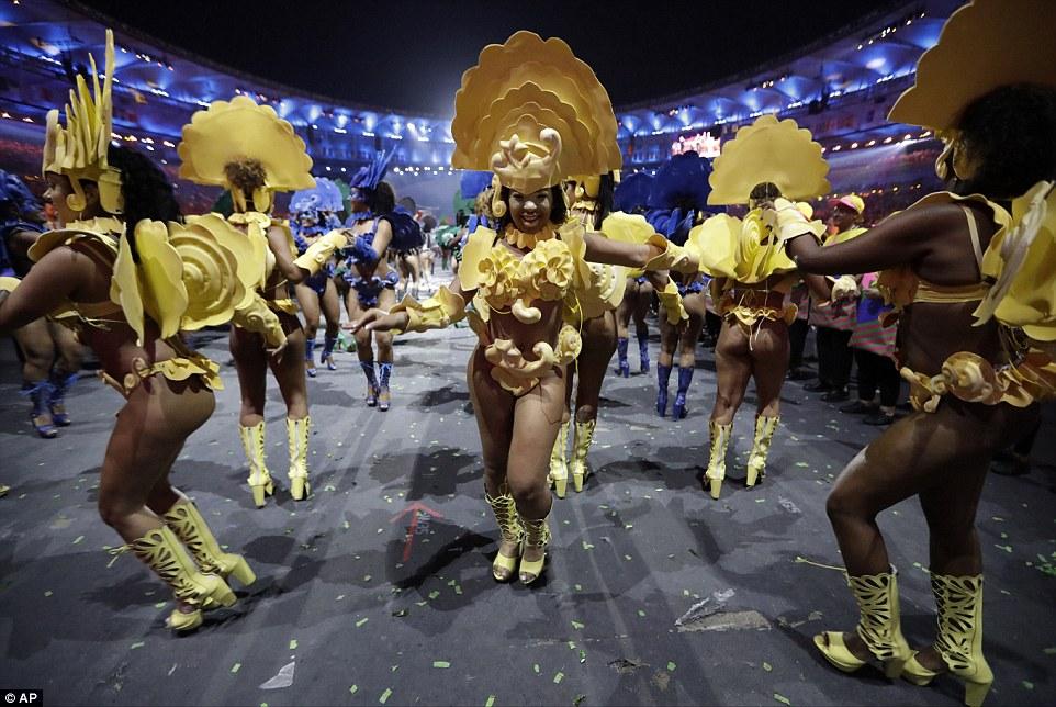 Для церемонии танцоры подготовили сложные и причудливые костюмы.
