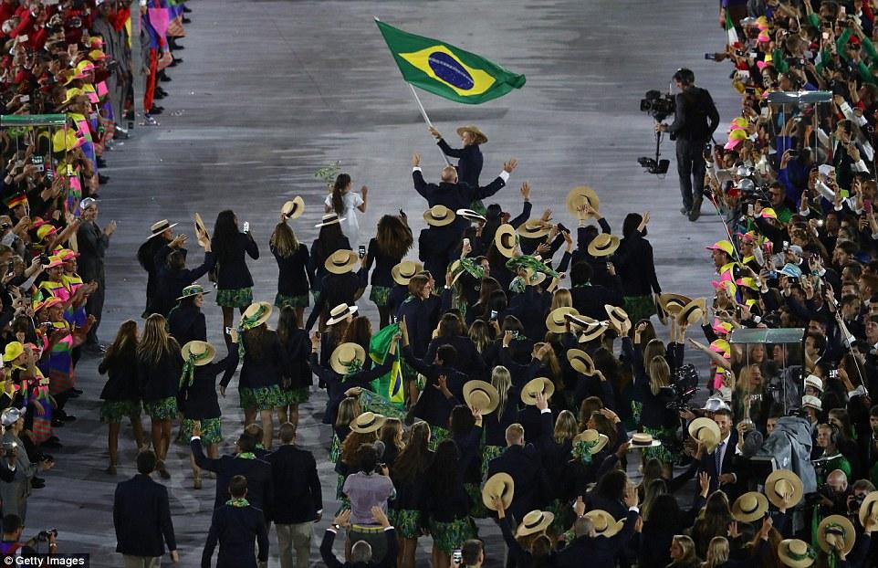 Сборная Бразилии со своим флагом.