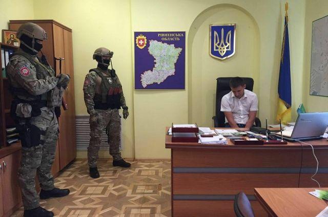 Правоохранители задержали сарненского обвинителя и 2-х организаторов незаконной добычи янтаря— Аваков