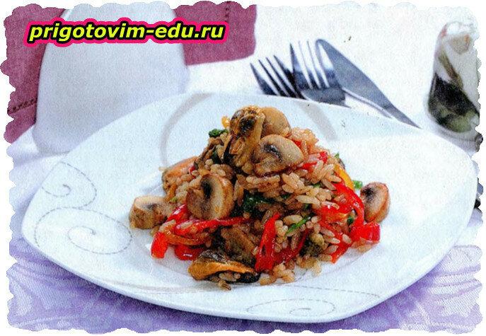 Теплый салат с мидиями, рисом и грибами