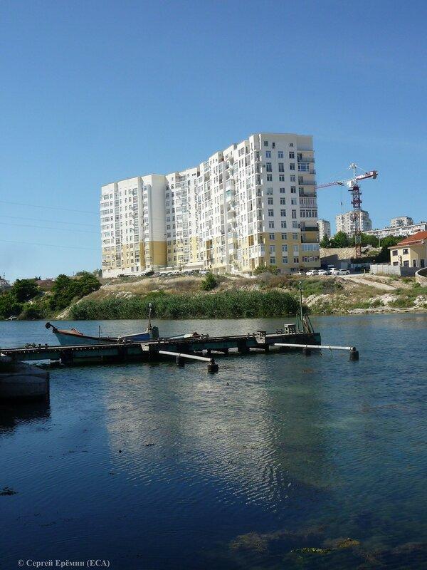 Новостройка на западном берегу Стрелецкой бухты близ оконечности