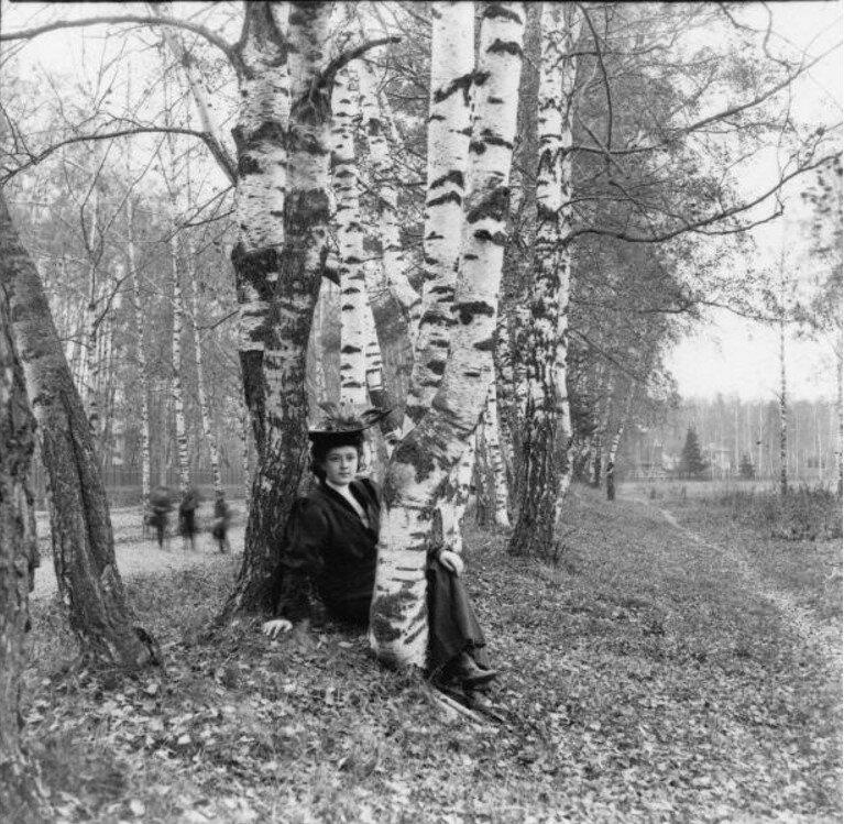 Прогулка в Петровский парк и Соломенную сторожку. «Густя сидит на земле, позади - ряд деревьев»