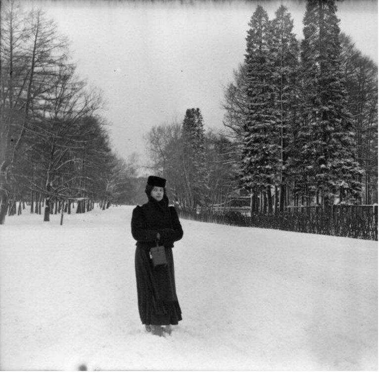 Прогулка в Петровский парк. «Женя Фрейдкина. Позади - аллея»