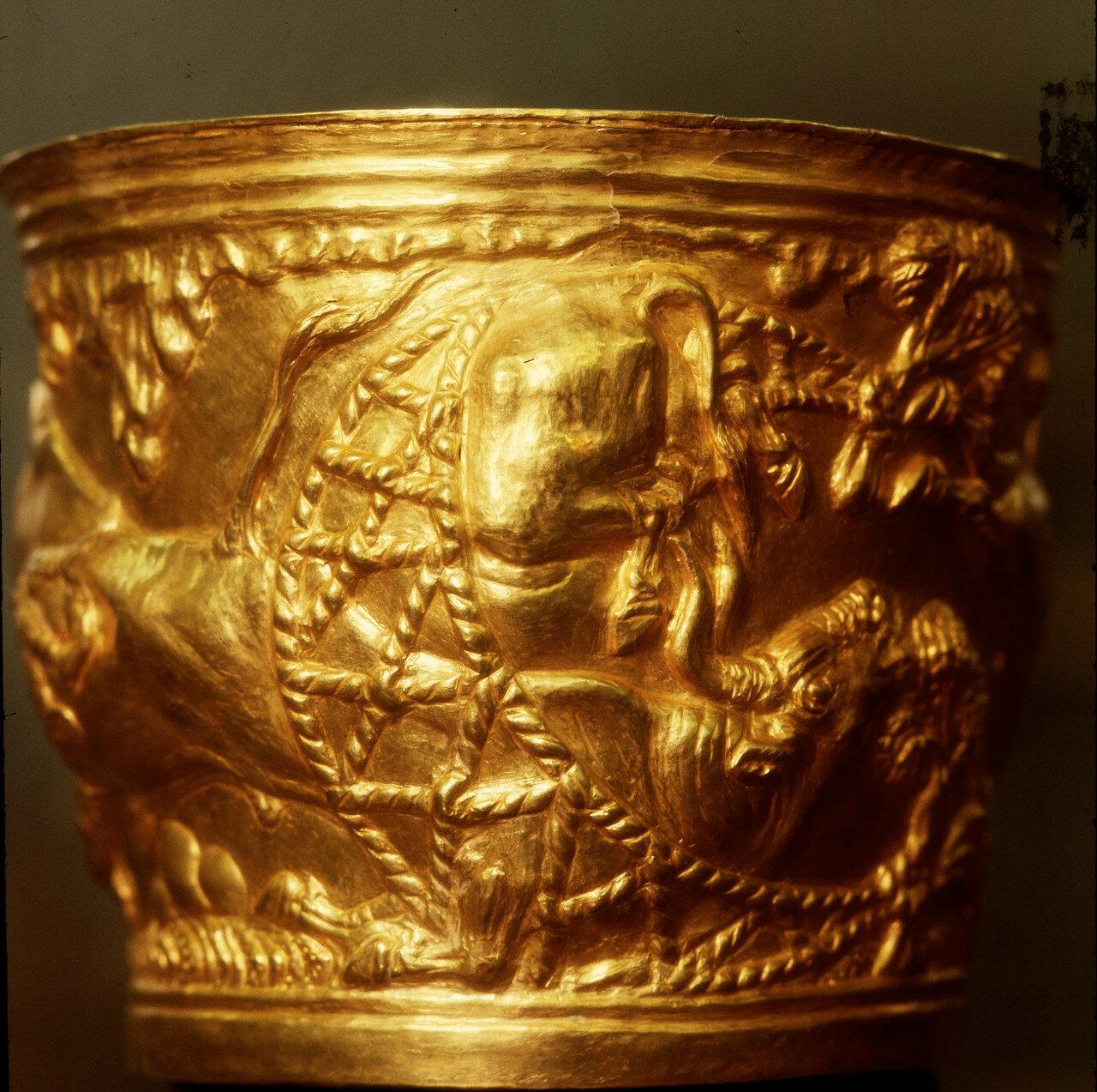 Золотая чаша из Вафио. Дикие животные, пойманные в сети. Из гробницы-толоса в Вафио в Лаконике. Рельефный декор выполнен критским мастером, работавшим в «натуралистическом» стиле, типичном для минойского искусства XV в. до н.э.