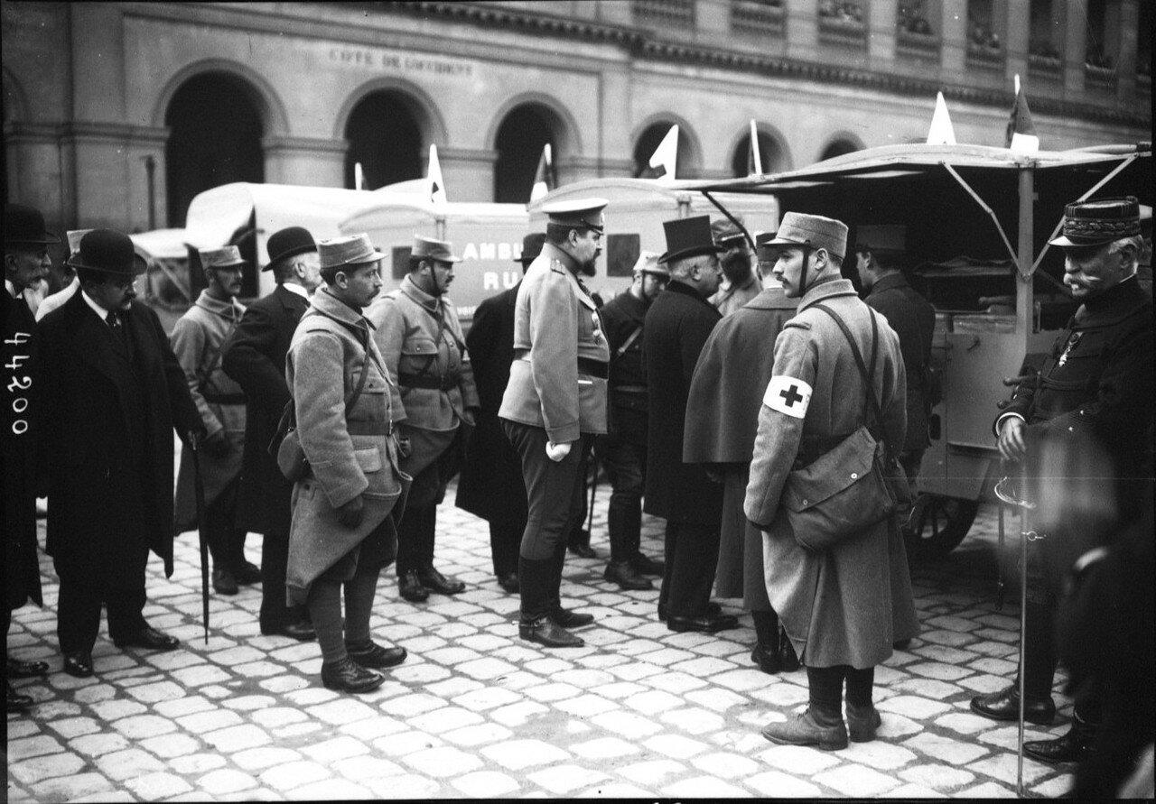 1915. 14.03. Г-н Мильеран возле машин скорой помощи