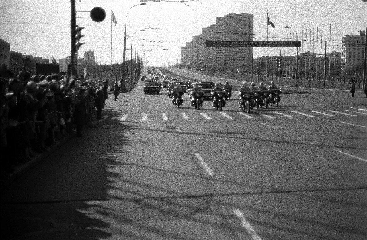 Москвичи приветствуют немецкую делегацию на улицах города