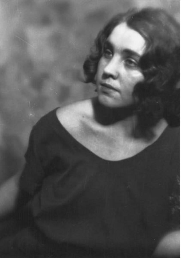 Портрет женщины в темном платье