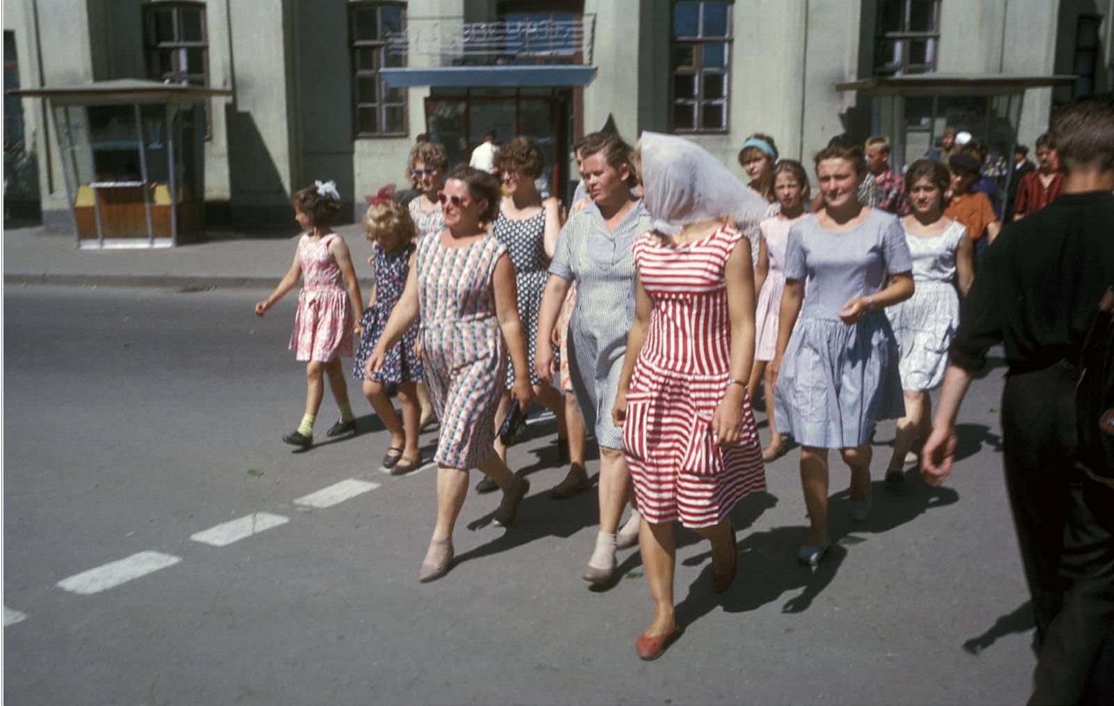 Перекресток улиц Ленина и Карла Маркса. Пешеходный переход. На заднем плане старое здание Нархоза