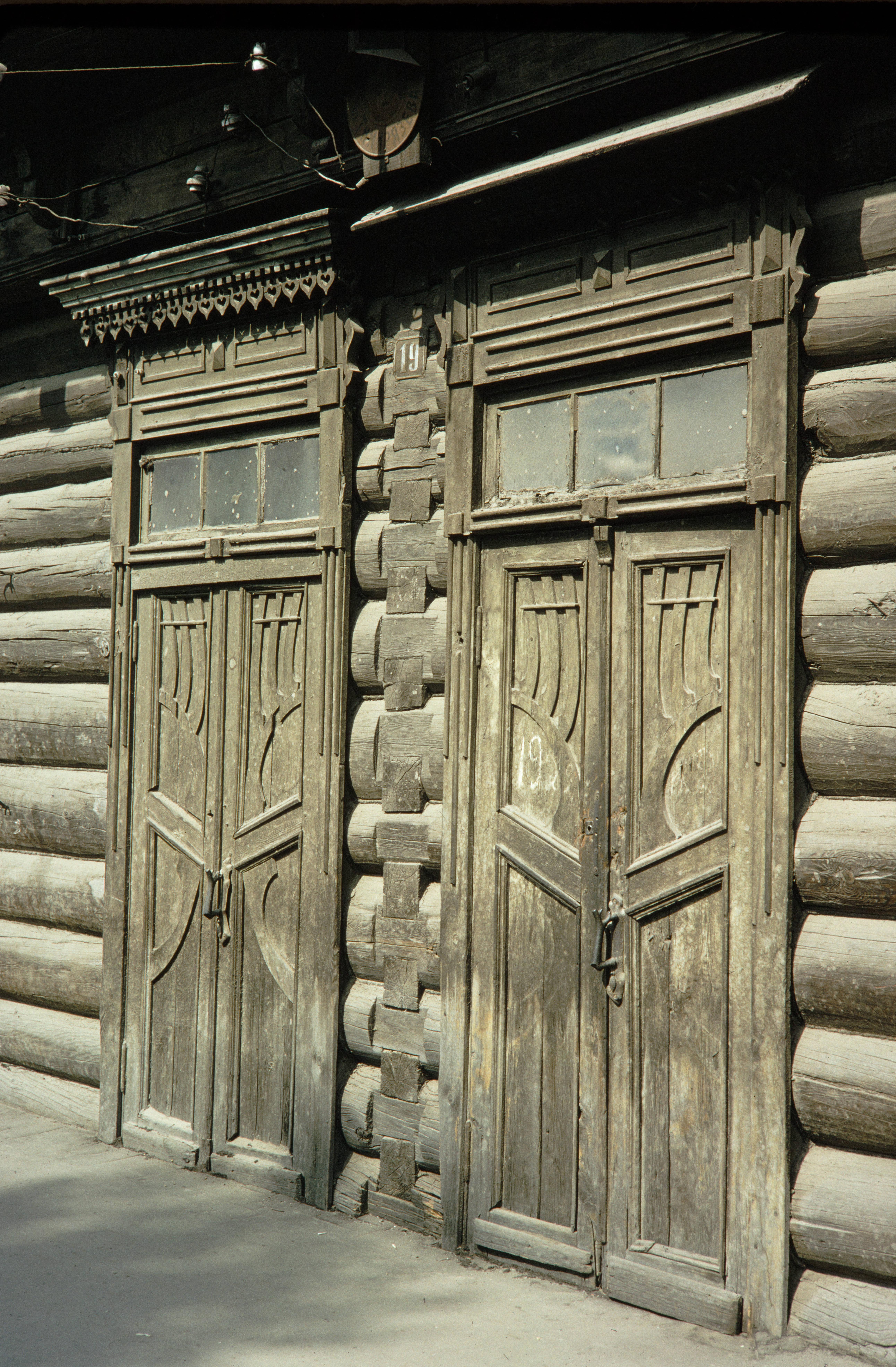 Улица Тимирязева, 19. Двери деревянного дома