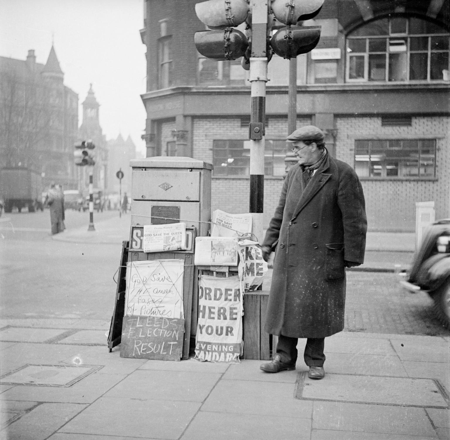 Человек возле газетного ларька. 1953