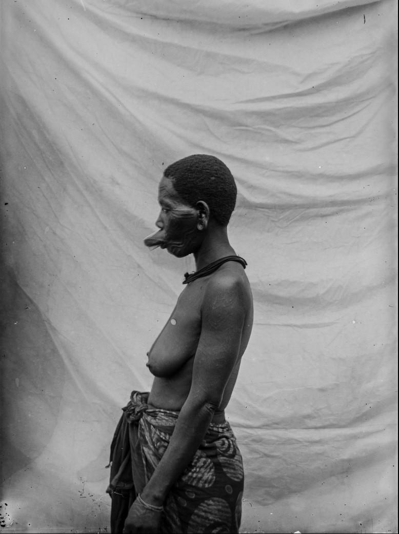 04. Антропометрическое изображение женщины маконде