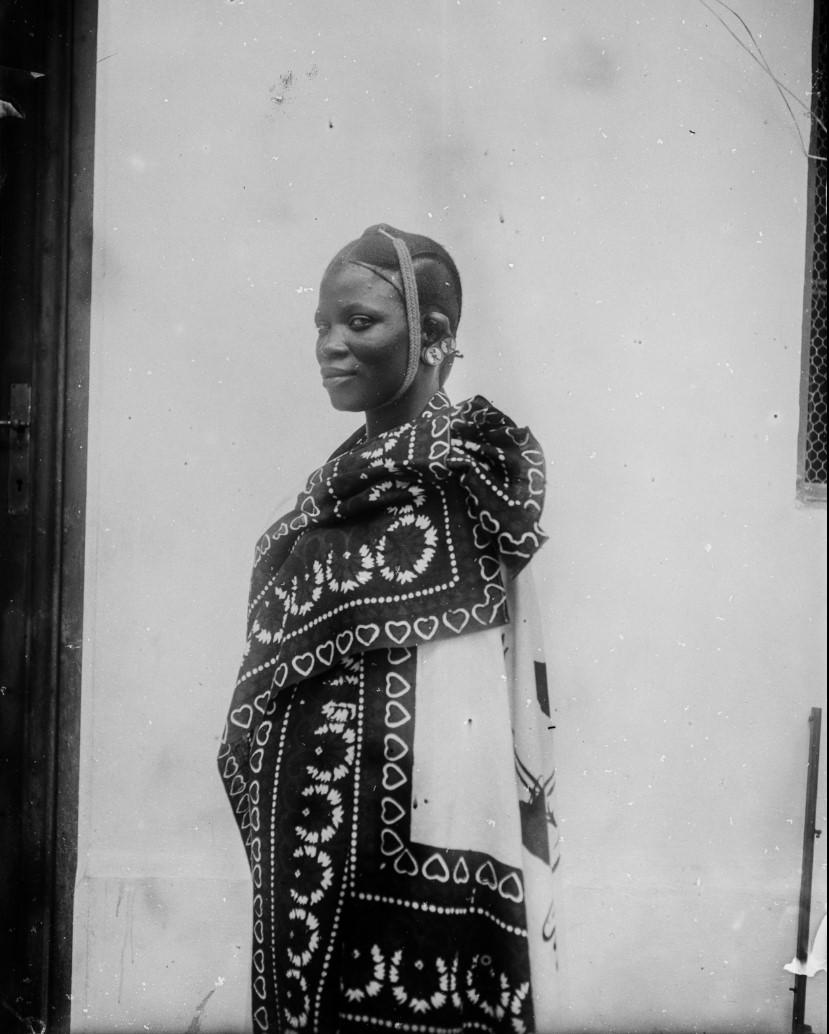 08. Антропометрическое изображение женщины суахили, предположительно проститутки. Снято во дворе торгового дома «Траун, Стуркен и Деверс»