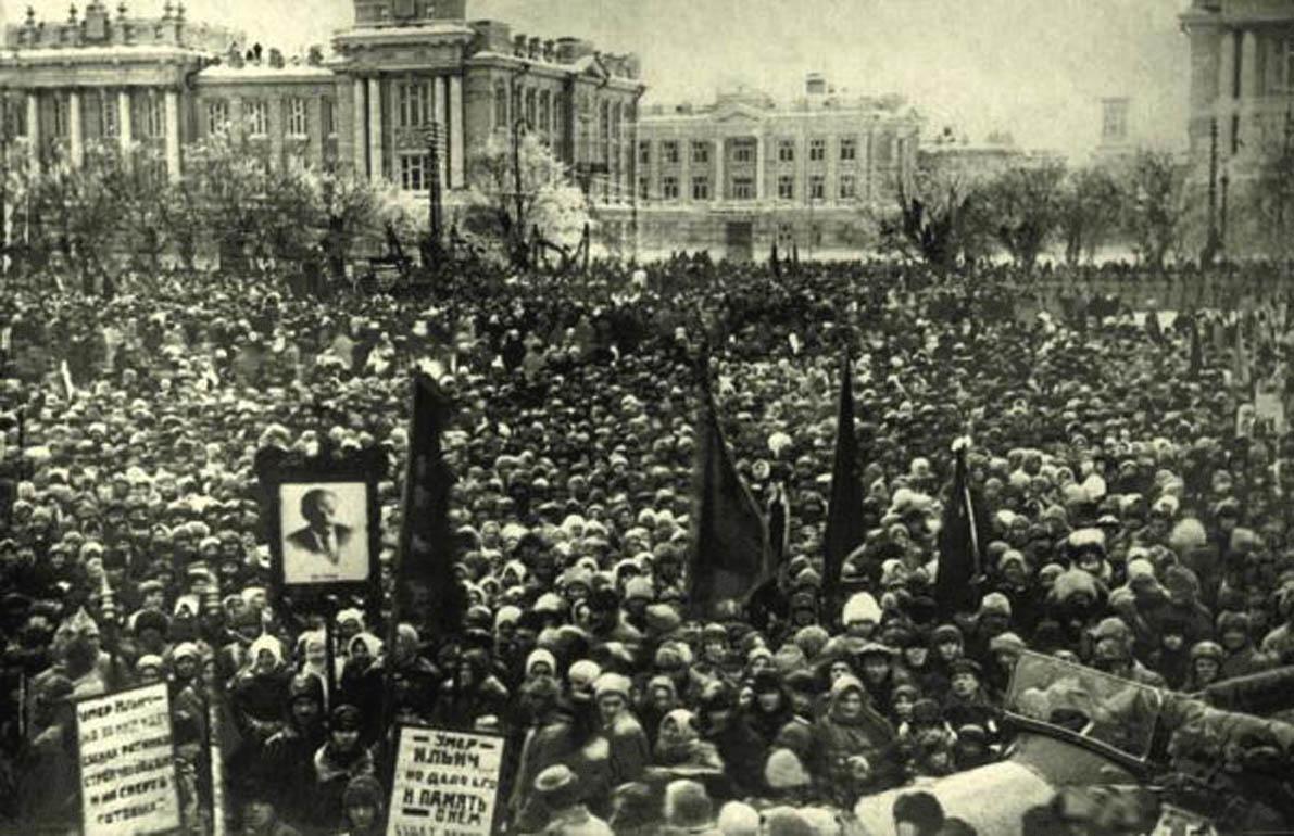 Саратов.  Площадь Республики. Траурный митинг памяти В. И. Ленина