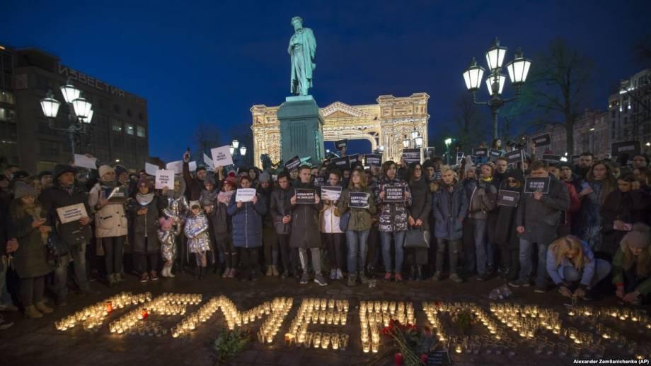 Россия: кемеровские добровольцы проверяют неофициальный список пропавших во время пожара