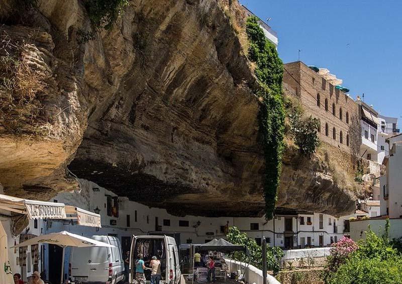 Удивительный городок в скале: Сетениль-де-лас-Бодегас (9 фото)