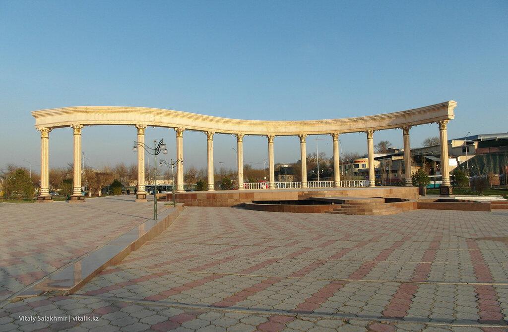 Сквер Шамши Калдаякова, арка