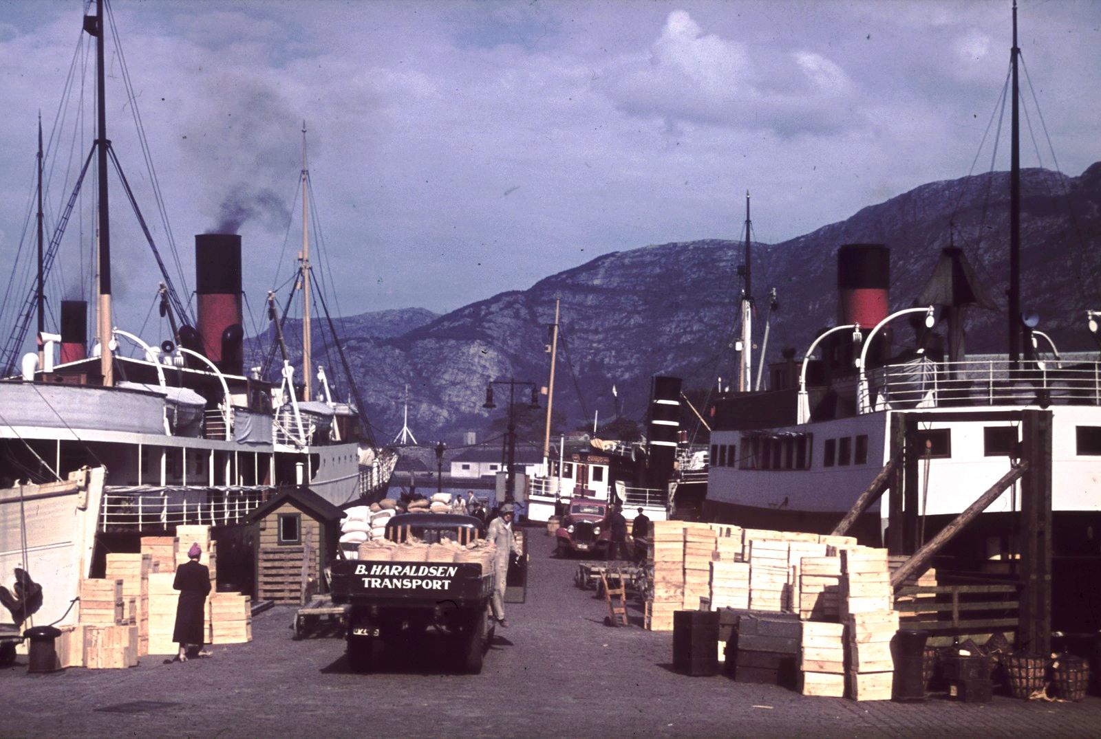 Берген. Набережная с двумя фьордными пароходами «Фанараакен» (слева) и «Басто» (справа)