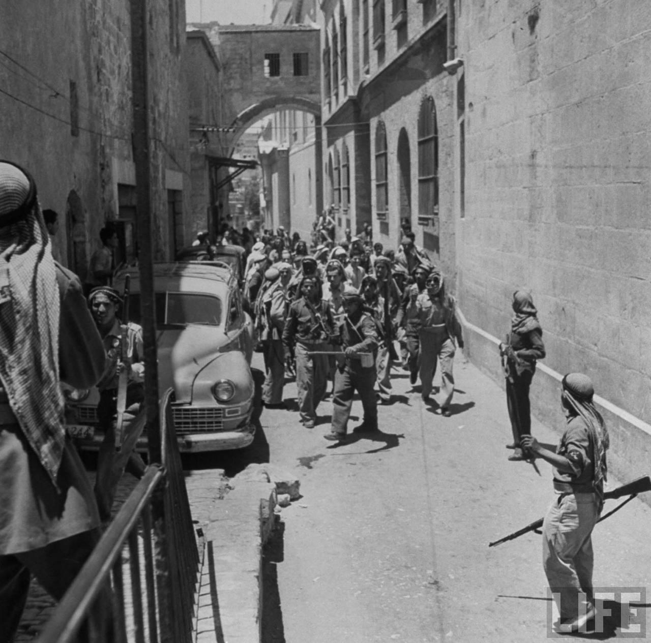 Еврейский военнопленные в сопровождении арабских солдат. Июнь