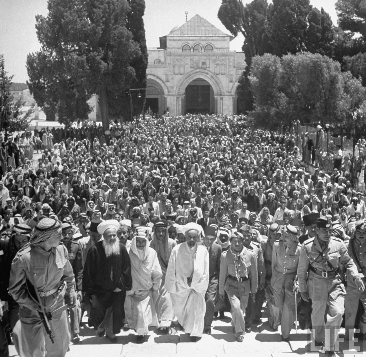 Король Абдулла и его свита поднимаются по ступеням Купола Скалы. 27 мая