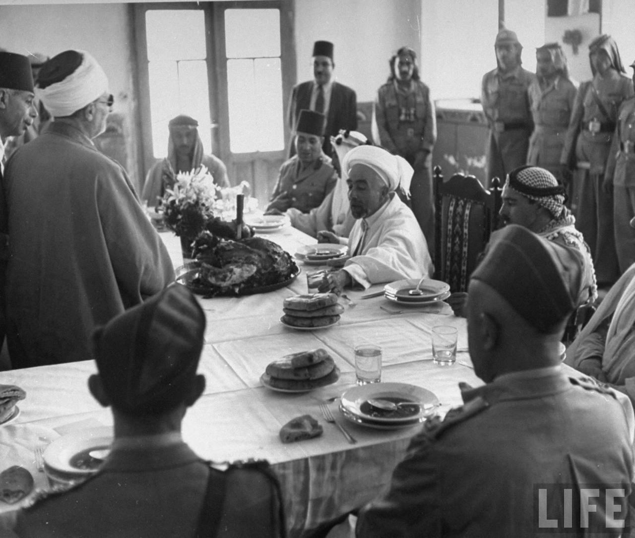 Король Абдулла и его свита на банкете во время первого перемирия (11 июня – 9 июля)