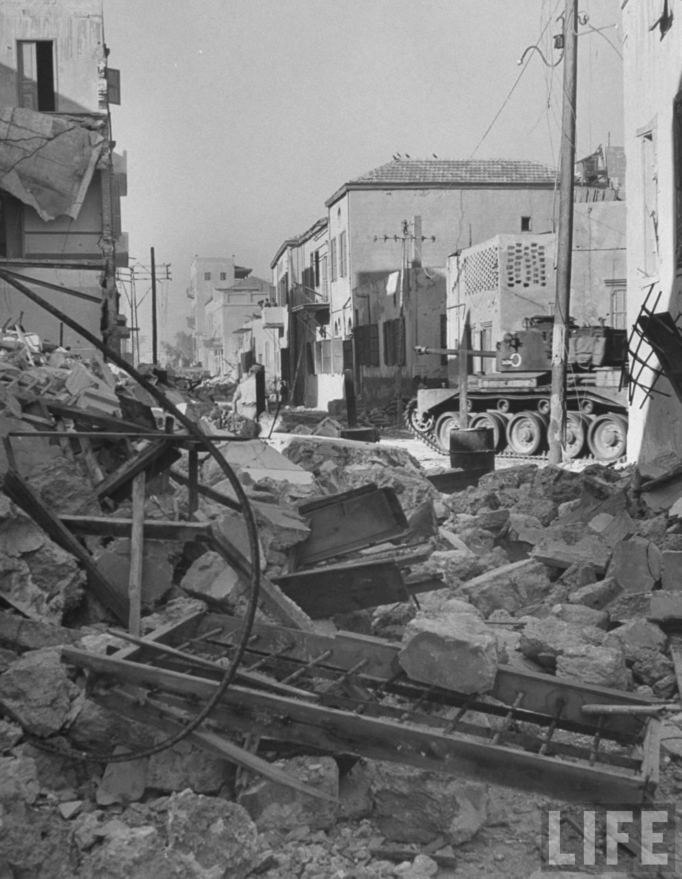 Последний патруль британских танков на улице в Яффо, пытается предотвратить дальнейшие боевые действия между евреями и арабами в самом конце действия мандата. 28 апреля