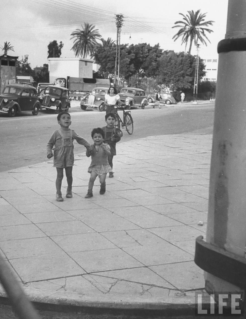 Дети спешат в укрытие во время авианалета. Тель-Авив