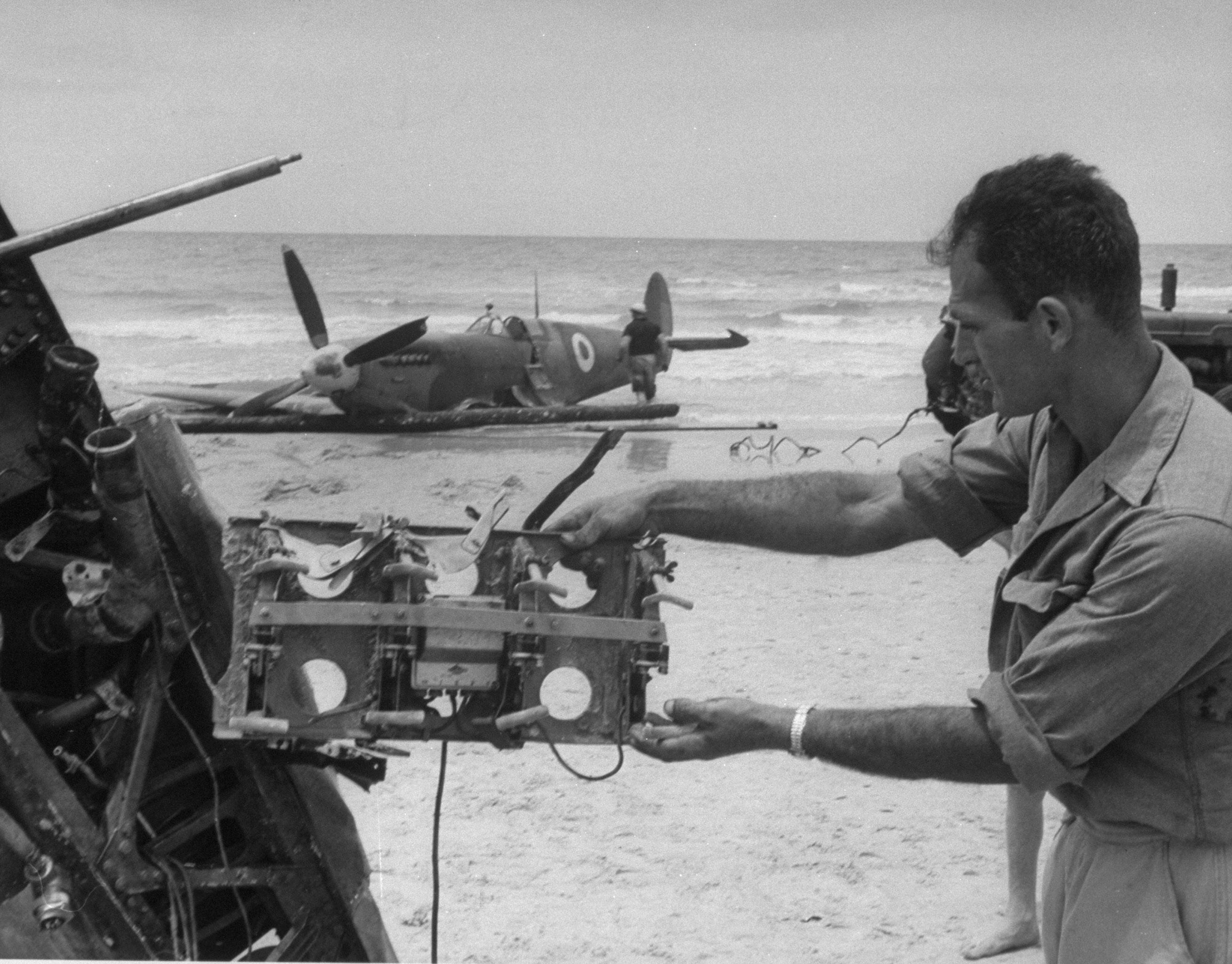 Боец Хаганы осматривает трофей из египетского Спитфайра, сбитого на пляже Тель-Авива