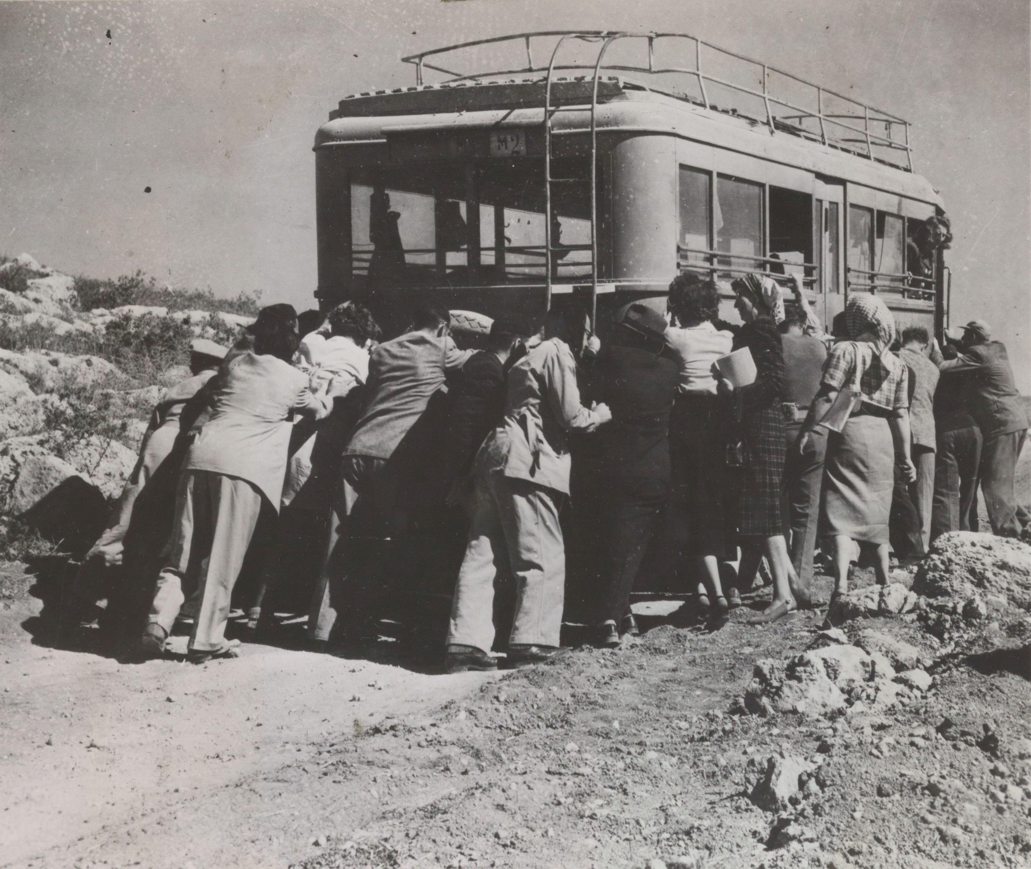 Члены Израильской филармонии, толкают свой автобус после того, как он сломался по пути в Иерусалим.  14 октября