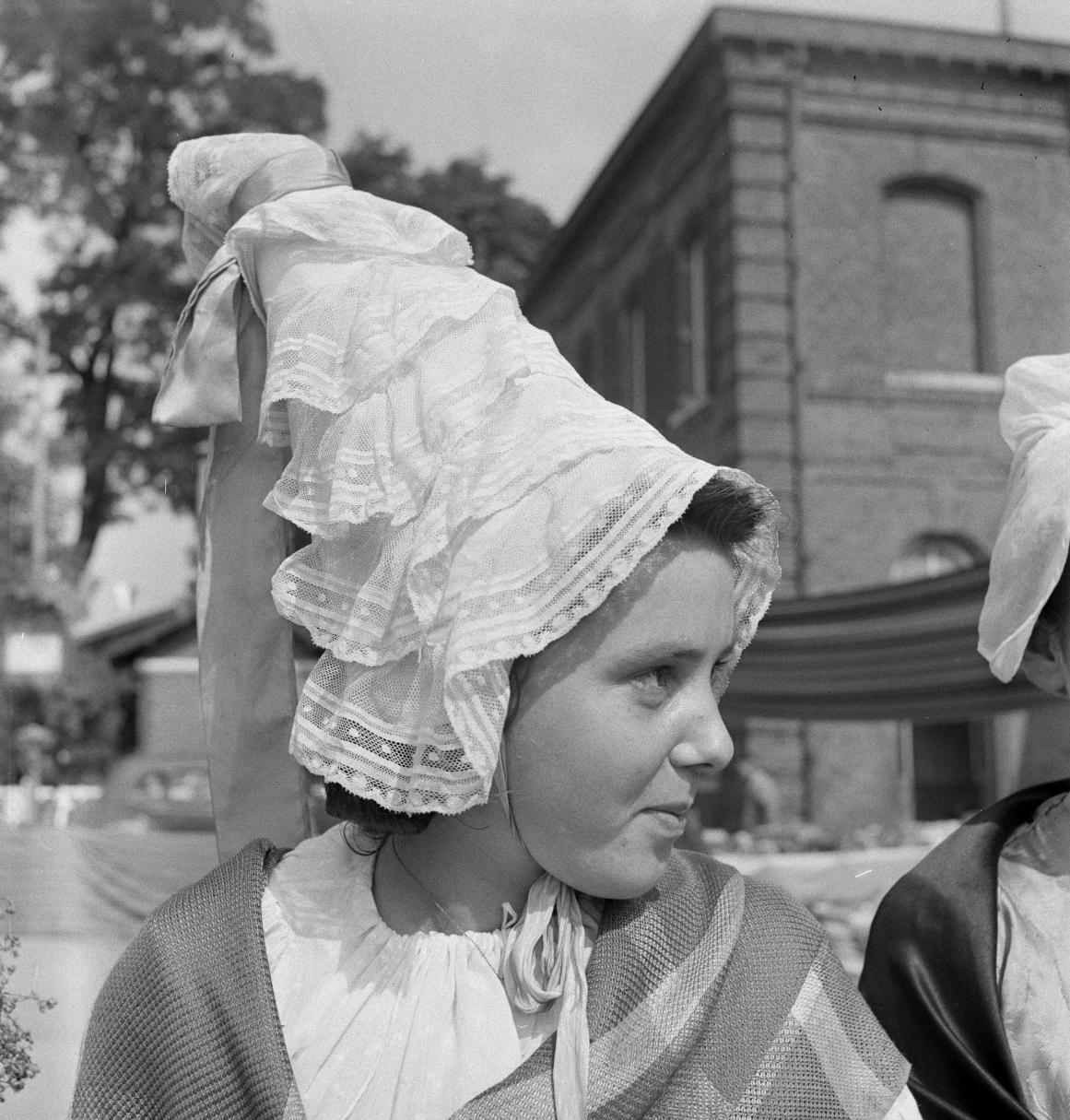 08. Некоторые девушки надели традиционные головные уборы прибрежной Нормандии