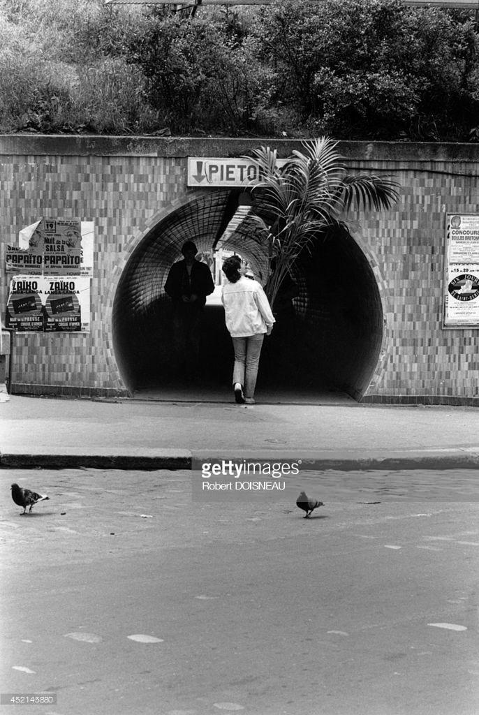 1987. Женщина под пешеходным переходом на станции Сен-Дени